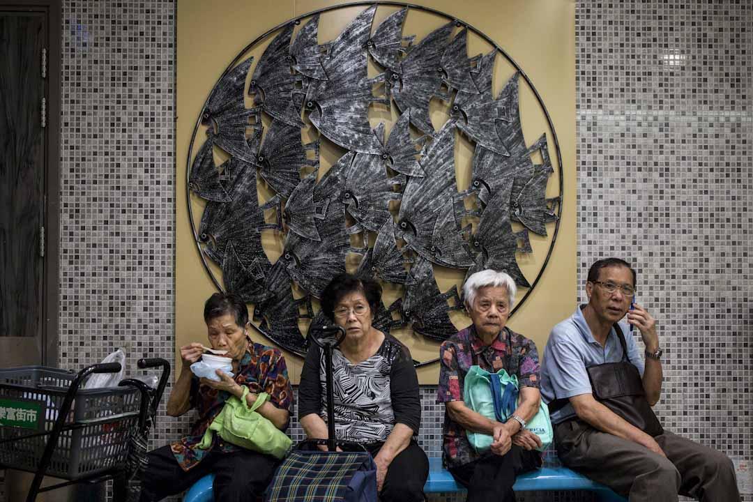 老人家在領展樂富街市內休息乘涼,那裡曾被「升級」成豪華街市。