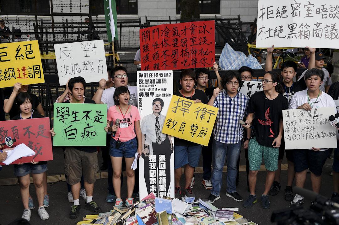 2015年7月22日,台北高中學生在台北教育部門示威,反對台灣高中歷史課綱微調案。 攝:張國耀/端傳媒