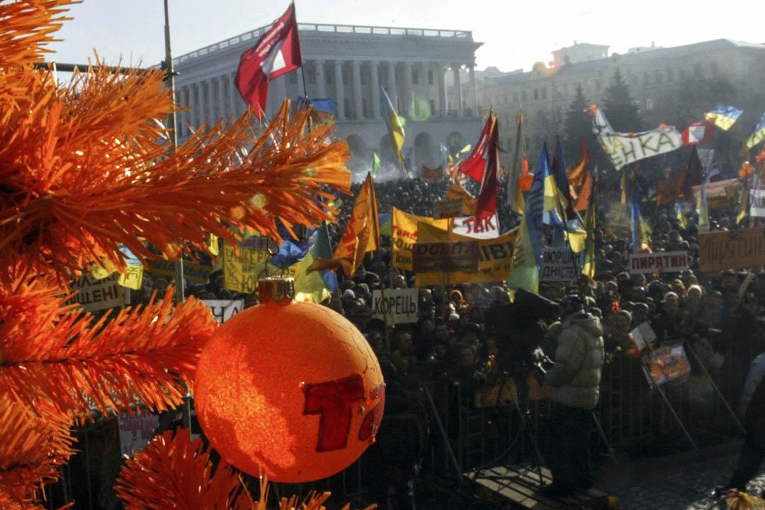 2004年12月3日,烏克蘭「橙色革命」的第十二天,示威者在首都基輔的獨立廣場上,當天烏克蘭最高法院的裁決終於突破了政治僵局。最高法院決定由於選舉舞弊程度嚴重,因此無法決定選舉結果,它宣布官方選舉結果無效並下令於12月26日重複重選。
