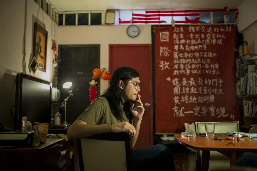 26歲的設計師關兆宏自社工系副學士畢業後便投身社運,先司職左翼21,後成為社民連成員。他的社運人生包括碼頭工人罷工、反新界東北開發、佔中和雨傘運動及無數細碎無形的社區組織工作。 攝:林振東/端傳媒