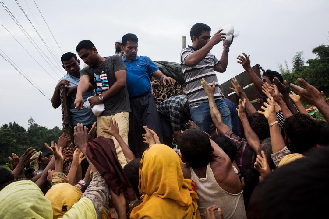 2017年9月3日,孟加拉志願者到羅興亞難民營派發食物。