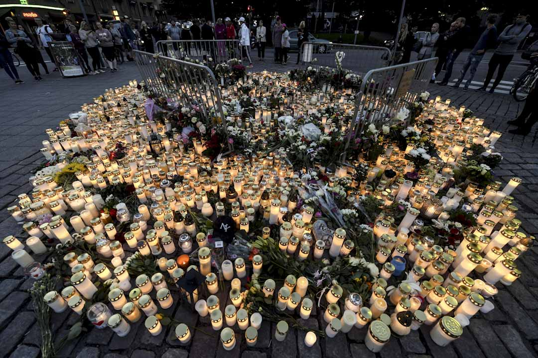 2017年8月18日,18歲的摩洛哥難民Abderrahman Mechkah在西南部城市Turku以刀隨機攻擊路人,造成2死18傷,引起當地反難民、反穆斯林的聲浪。圖為翌日有市民在現場擺放燭光作悼念。