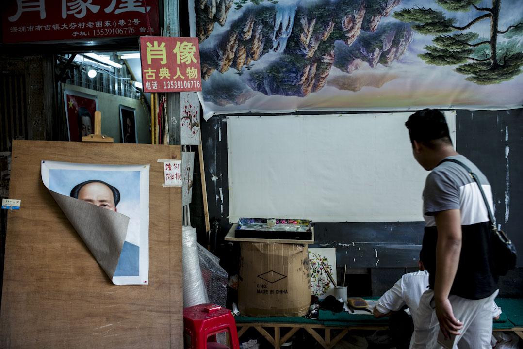 所謂「回調」的意思是:向毛澤東時代的一元化方向調整。圖為大芬油畫村,一幅毛澤東的肖像被一陣風吹起來。
