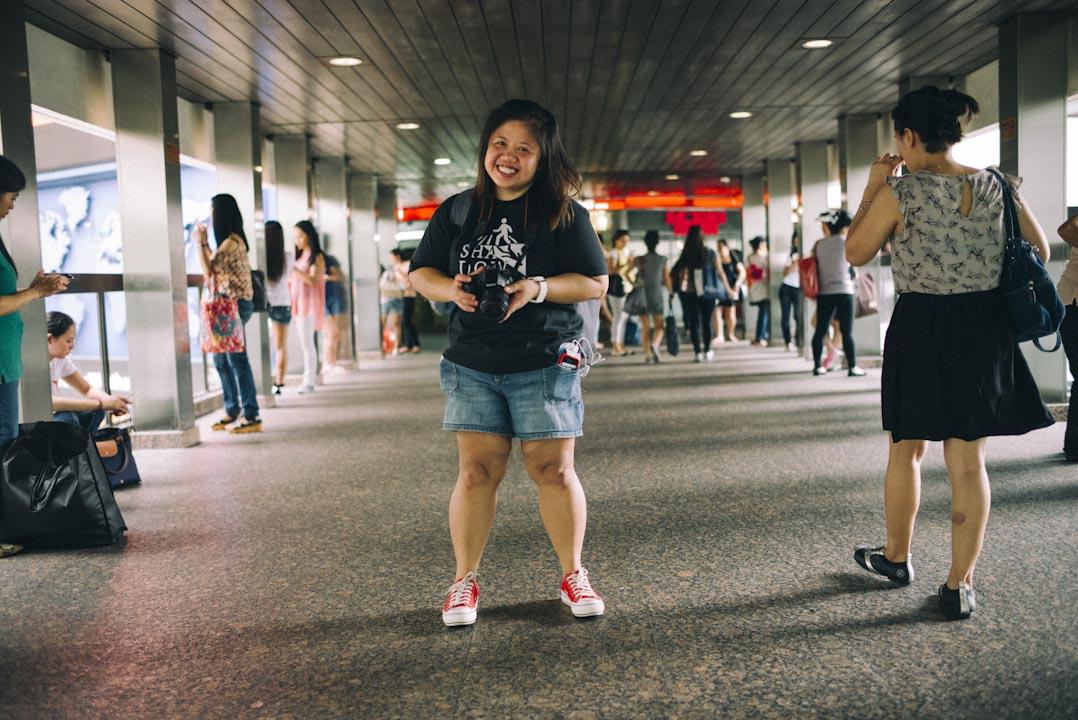 Leeh Ann 最愛攝影,脖子上掛一部相機,有時在環球大廈三樓走廊觀察,尋找可抓拍的瞬間。她發現在這裏,可以看到姐妹們在別的地方不容易看到的笑臉。