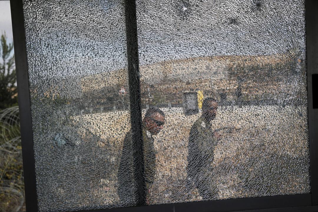 2017年9月26日,一名巴勒斯坦槍手在約旦河西岸地區的一個猶太人聚居地射殺三名以色列衛隊成員,其後襲擊者被到場的以色列士兵射殺。事後士兵在被打碎了玻璃的更亭附近巡邏。