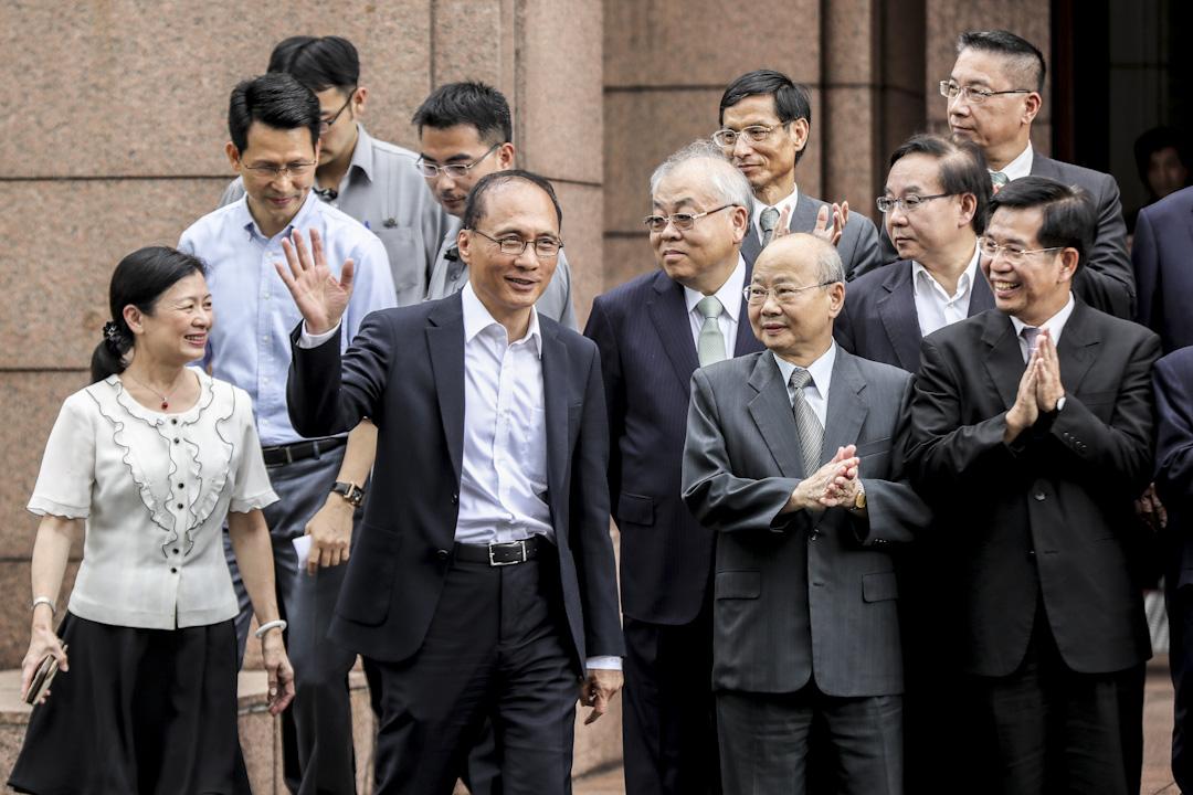 2017年9月7日,行政院長林全日前向總統蔡英文請辭獲准,上午主持任內最後一次行政院院會後,在大門前與內閣成員拍攝合照,並揮手致意。 攝:張國耀/端傳媒
