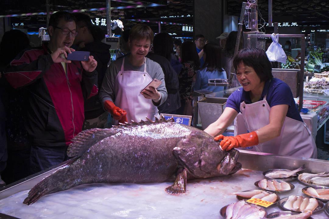 """長發街市的魚檔時而生劏龍躉,並由""""街市DJ""""在旁推銷,像一場表演。"""