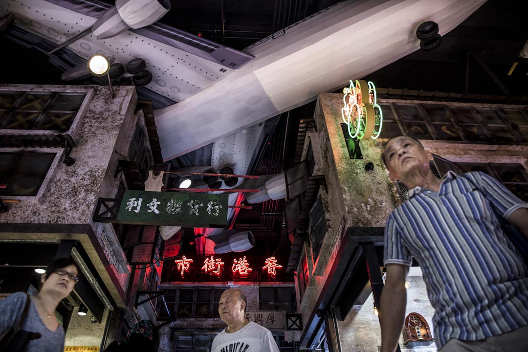 逸東邨街市像 廠景,一架飛機模型懸掛在天花板,模仿昔日九龍城唐樓的奇觀。