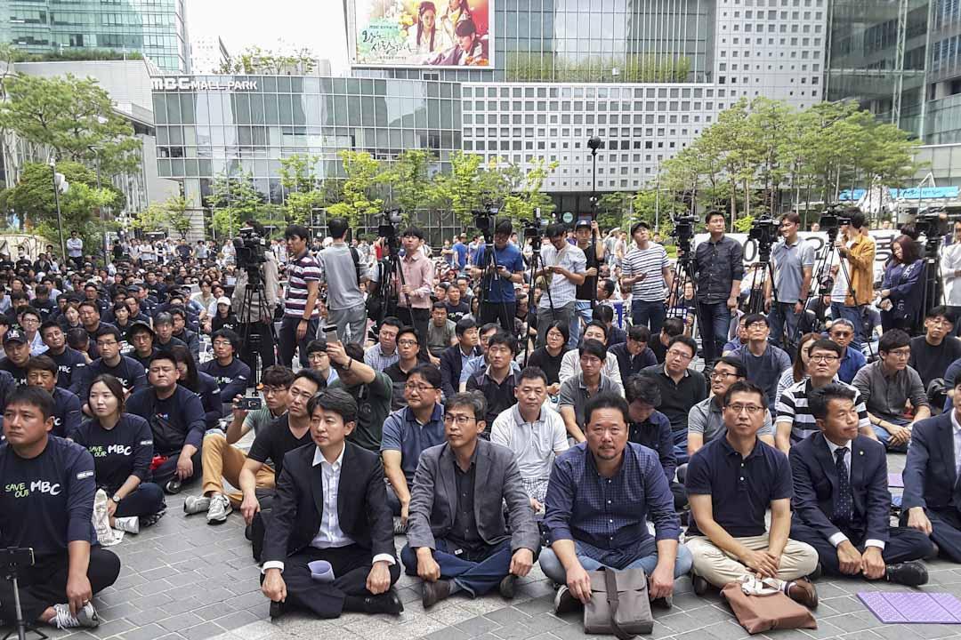 2017年9月4日,韓國首爾,韓國MBC電視台與KBS電視台員工因不滿新聞製播遭到高層干預,以及權益受到壓榨,開始大規模罷工,共有超過3800名員工參加了罷工。部分參與罷工的員工在電視台大樓外集會。 攝:楊虔豪
