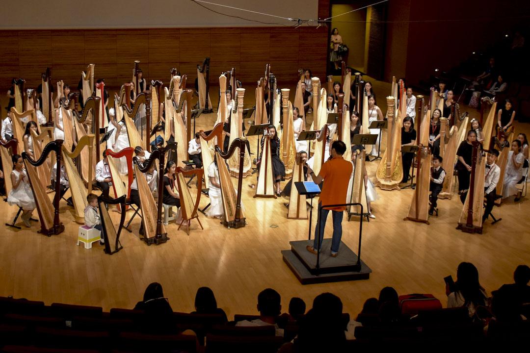 2017年7月9日,首次移師亞洲的第十三屆世界豎琴大會於香港演藝學院舉行,今年大會主題為「中西薈萃」。世界豎琴大會為全球最大型的豎琴音樂節,三年一度的盛事吸引超過800位來自50個國家的豎琴家參加,為全球各地的豎琴演奏家及愛好者提供學術、文化及音樂交流平台。 圖:世界豎琴大會提供