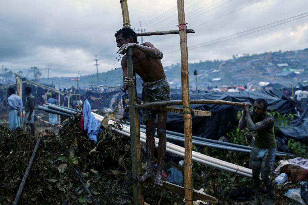 2017年9月18日,羅興亞難民到達孟加拉位於科克斯巴扎爾縣的臨時難民營後在營內鑿井取水。