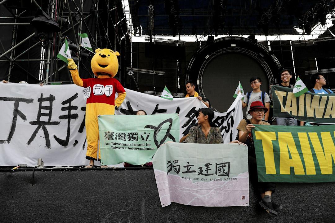大陸電視節目《中國新歌聲》昨日在國立台灣大學舉行音樂節,有反對大陸「統戰」的台大學生到場抗議,並上台高叫口號。 攝:Tyrone Siu/Reuters