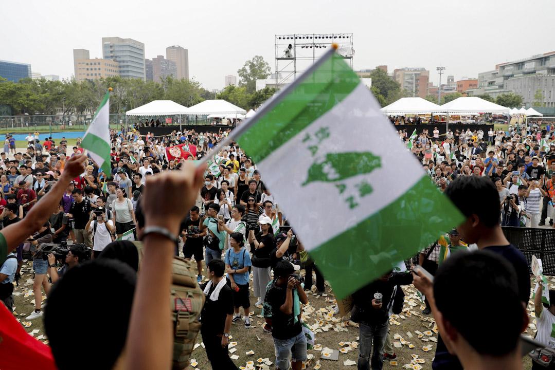 2017年9月24日,大陸電視節目《中國新歌聲》昨日在國立台灣大學舉行音樂節,有反對大陸「統戰」的台大學生到場抗議,手持「台灣獨立」的綠色條幅並上台高叫口號。