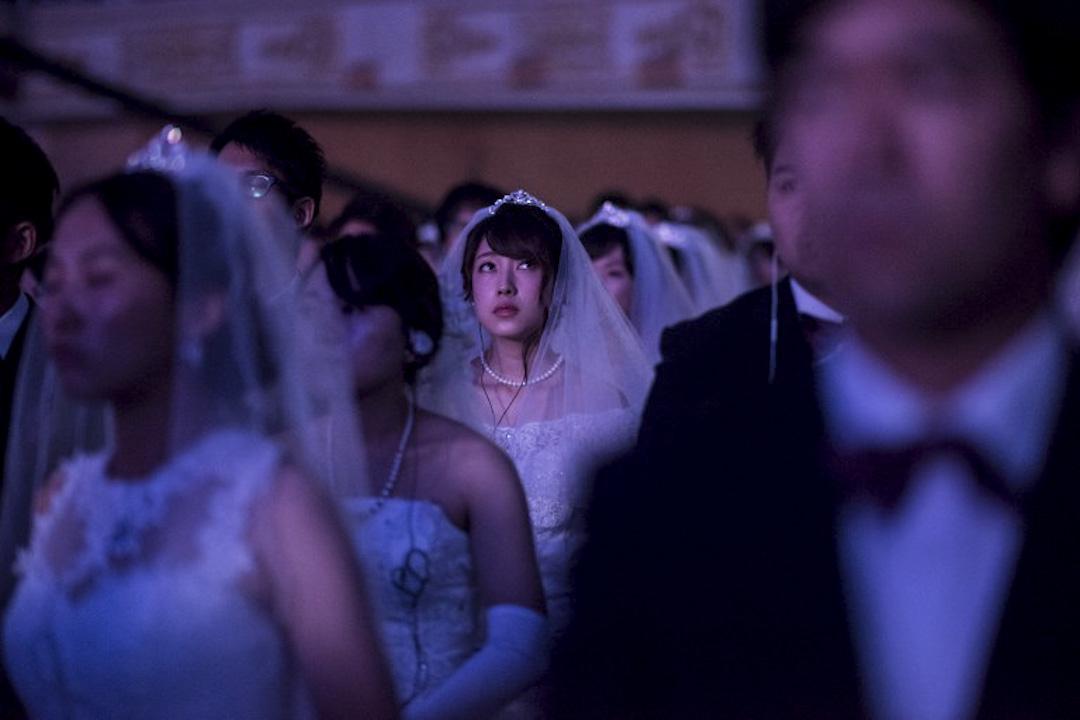 2017年9月7日,南韓加平(Gapyeong),備招爭議的南韓統一教為4000對來自64個國家的男女信徒,安排大型配婚儀式,以集體「盲婚啞嫁」的方式,紀念教派始創人、被信徒視為救世主的文鮮明逝世5周年。