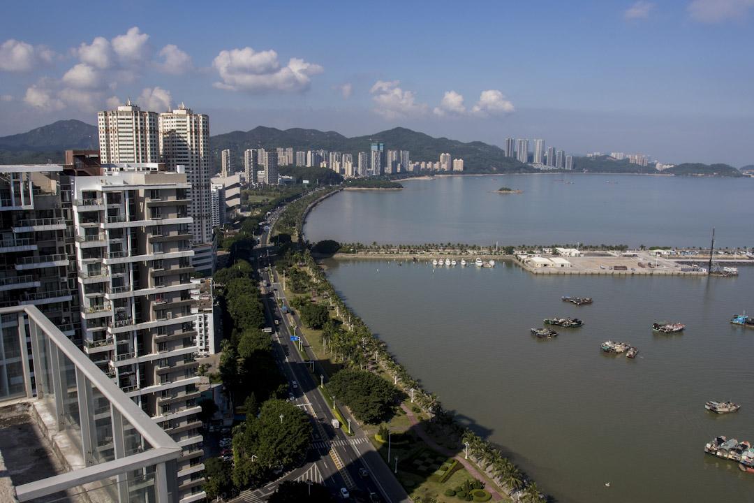 如果由香港政府出馬,在珠海建公屋,讓幾十萬香港就業人口住進一小時生活圈的珠海,那既能補足當地人口嚴重不足,也可舒緩香港土地不足、房屋供不應求的長痛。圖為2015年珠海。 攝:Zhong Zhi/Getty Images