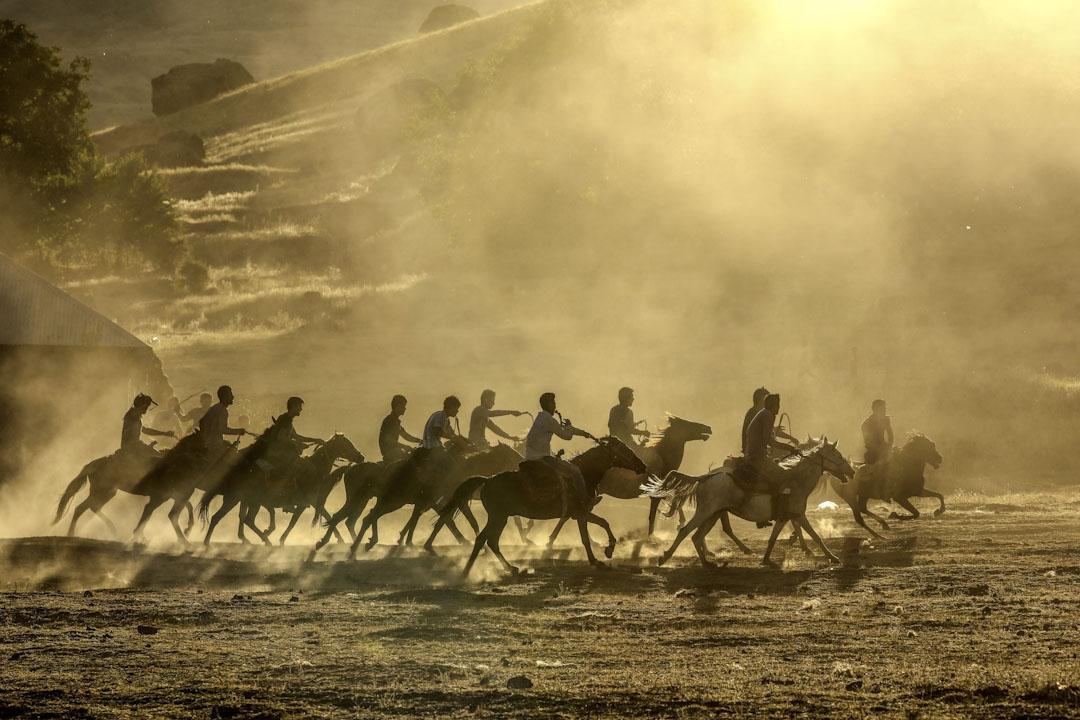 2017年9月10日,土耳其的吉爾吉斯族人在凡城玩一種中亞地區流行的馬背叼羊遊戲,參與者騎在奔馳的駿馬背上爭奪一塊羊皮。
