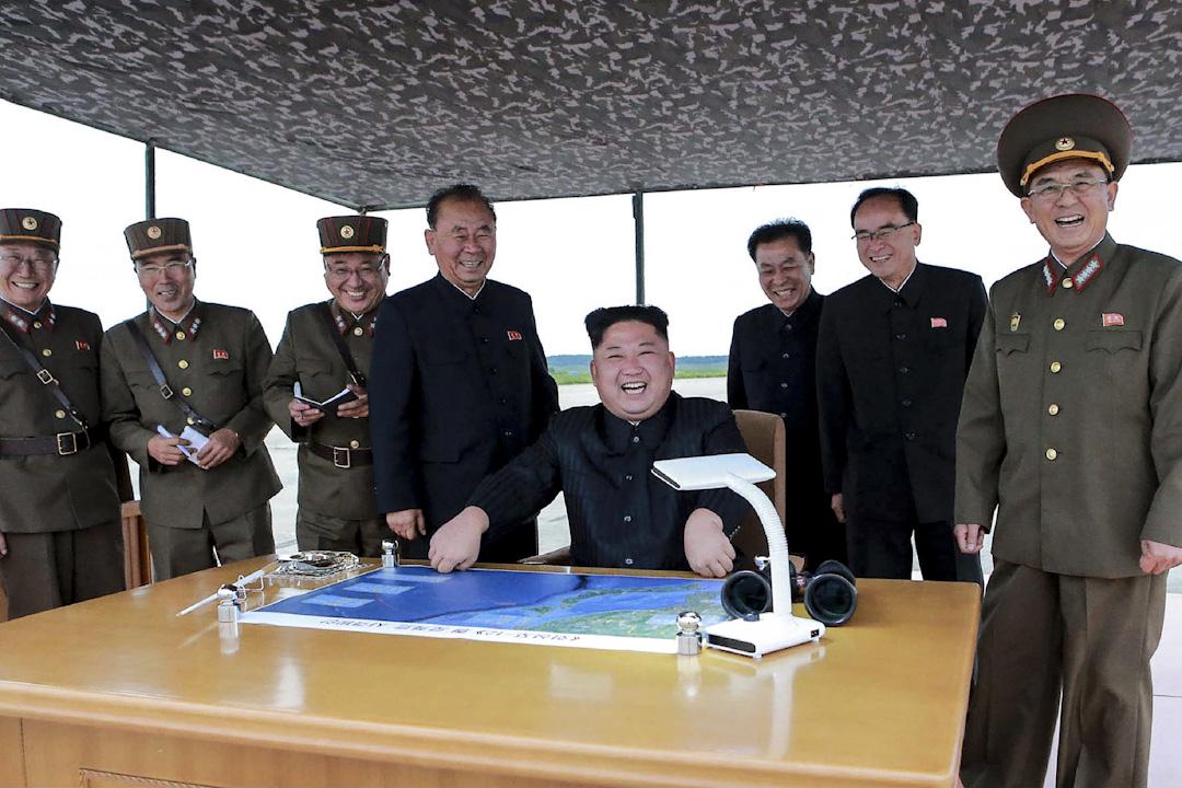 2017年8月29日,北韓通訊社(KCNA)發布一張北韓領導人金正恩正在觀看發射中程戰略彈道火箭Hwasong- 12的圖片。 攝:STR/AFP/Getty Images