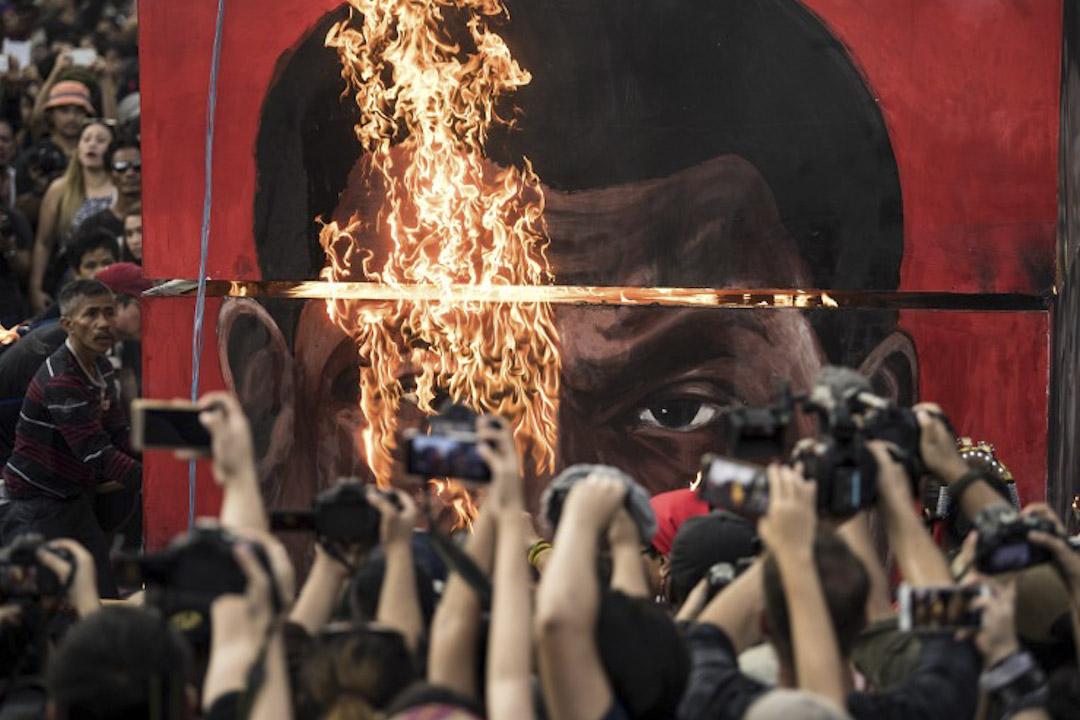 2017年9月21日,菲律賓城市馬尼拉,示威者到總統官邸馬拉卡南宮示威,抗議菲律賓總統杜特爾特以反毒為名濫殺市民,並焚燒他的肖像。