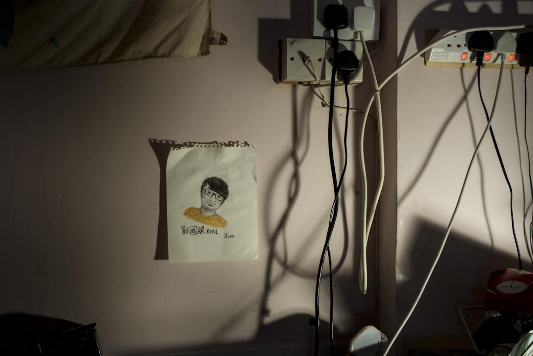 劉國樑因反東北案被判入獄13個月。房間上的牆壁貼上了一張細小的劉國樑畫像。