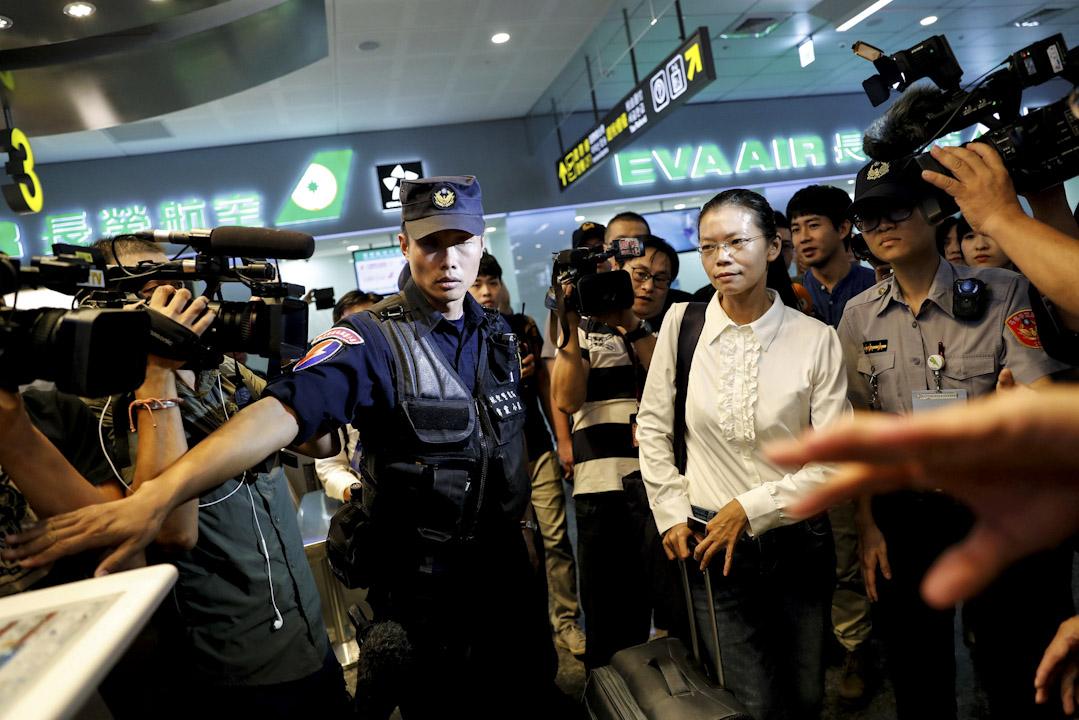 2017年9月10日,李明哲妻子李凈瑜從台北松山機場搭乘上海航空班機赴中國湖南岳陽旁聽李明哲開審。
