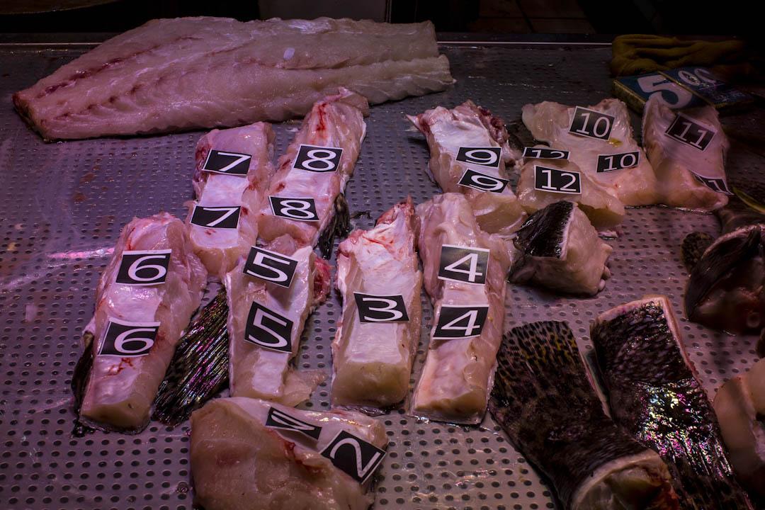 生劏的魚肉貼上號碼,供客人選購。