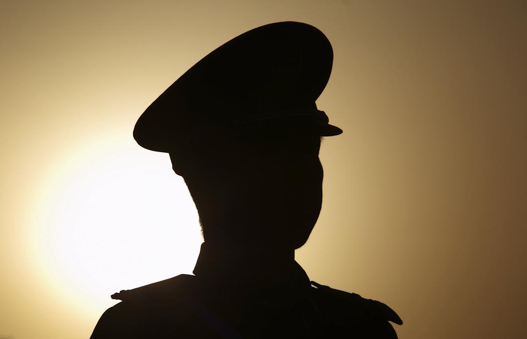 2015年3月15日,中國第十二屆全國人大三次會議閉幕,天安門廣場一名警察站崗。