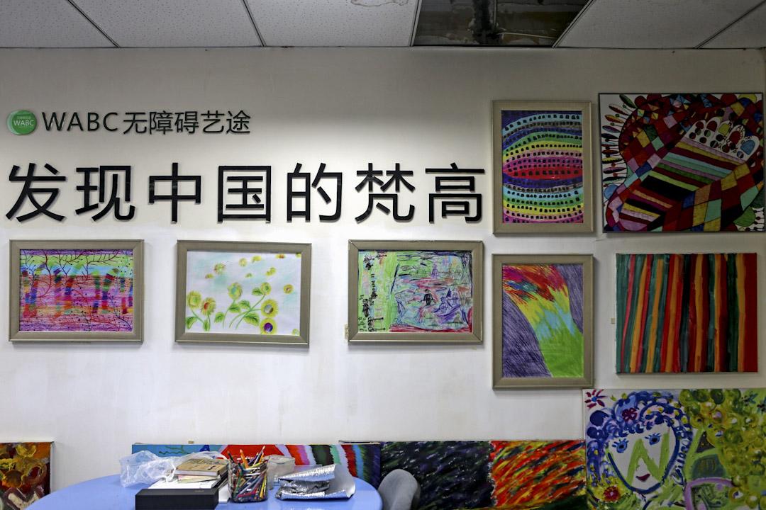 2017年8月29日,成都WABC無障礙藝途工作室。騰訊公益「小朋友」畫廊一元買畫作的活動在朋友圈刷屏,記者來到成都WABC無障礙藝途工作室。