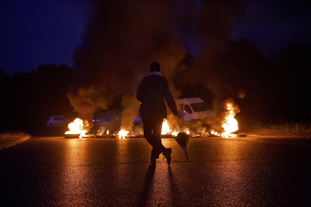2017年9月25日,法國西部小鎮 Donges 發生示威,抗議政府引入新勞工法,工會成員燃燒雜物堵塞道路,有示威者旁觀。