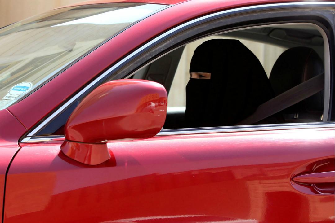 2013年10月22日,沙特阿拉伯利雅德市(Riyadh),一名女性駕駛汽車。 攝:Faisal Al Nasser/Reuters