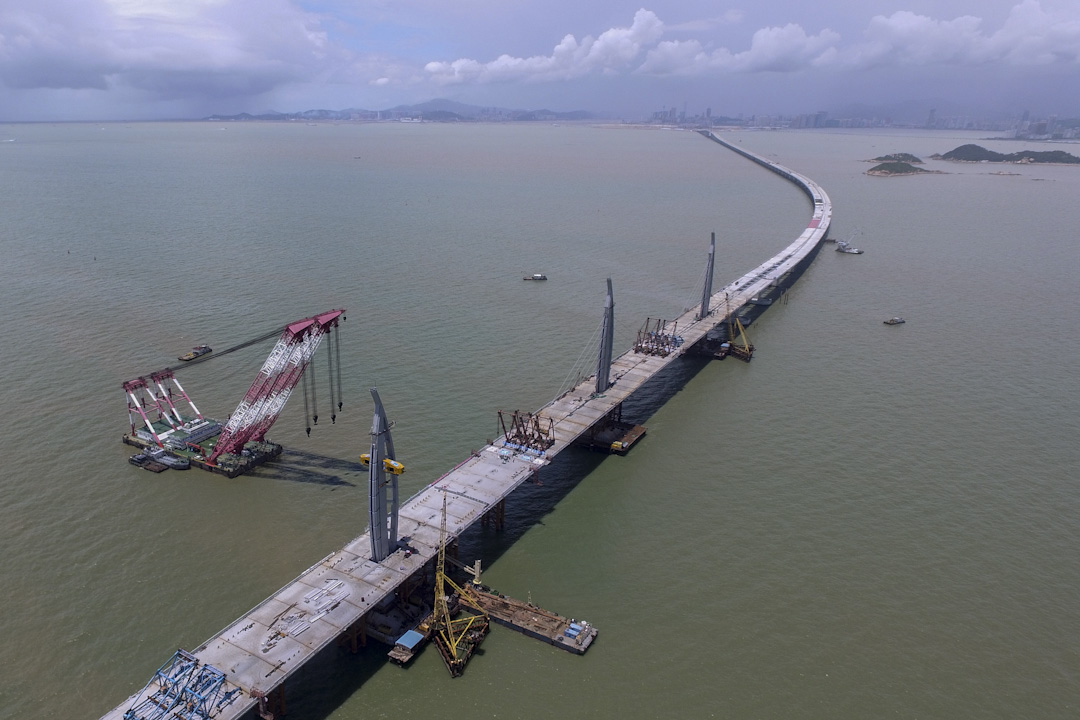 超支與延誤多年後,現在終於快將開通的港珠澳大橋已不常聽到當年建橋的藉口:運貨。現在只能引導大家去想汽車客運。圖為2016年6月,興建中的港珠澳大橋。