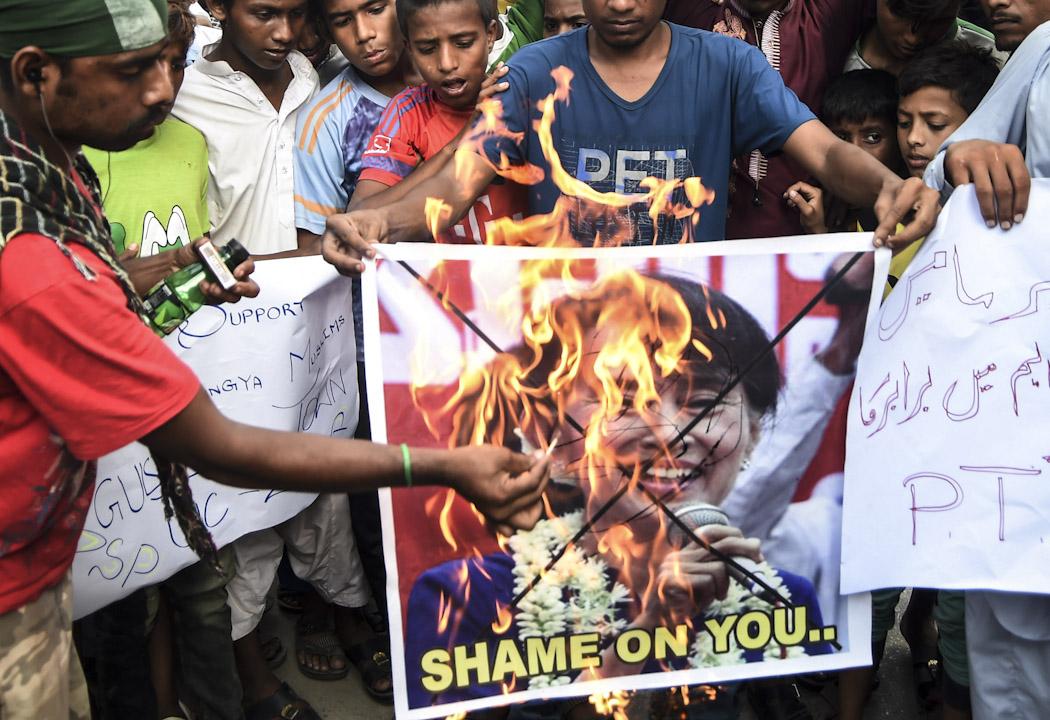 2017年9月6日,巴基斯坦有示威者在抗議中焚燒了緬甸國務資政昂山素姬的照片,對昂山素姬於羅興亞人問題一事上坐視不理,表現沉默以示強烈不滿。 攝:Asif  Hassan /AFP/Getty Images