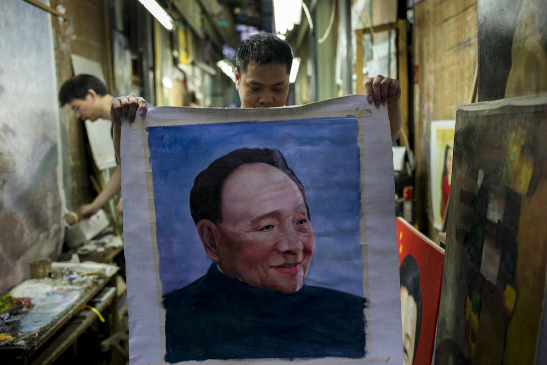 大芬村一條巷子裏,一個畫家正在展示他正在打草稿的鄧小平肖像。