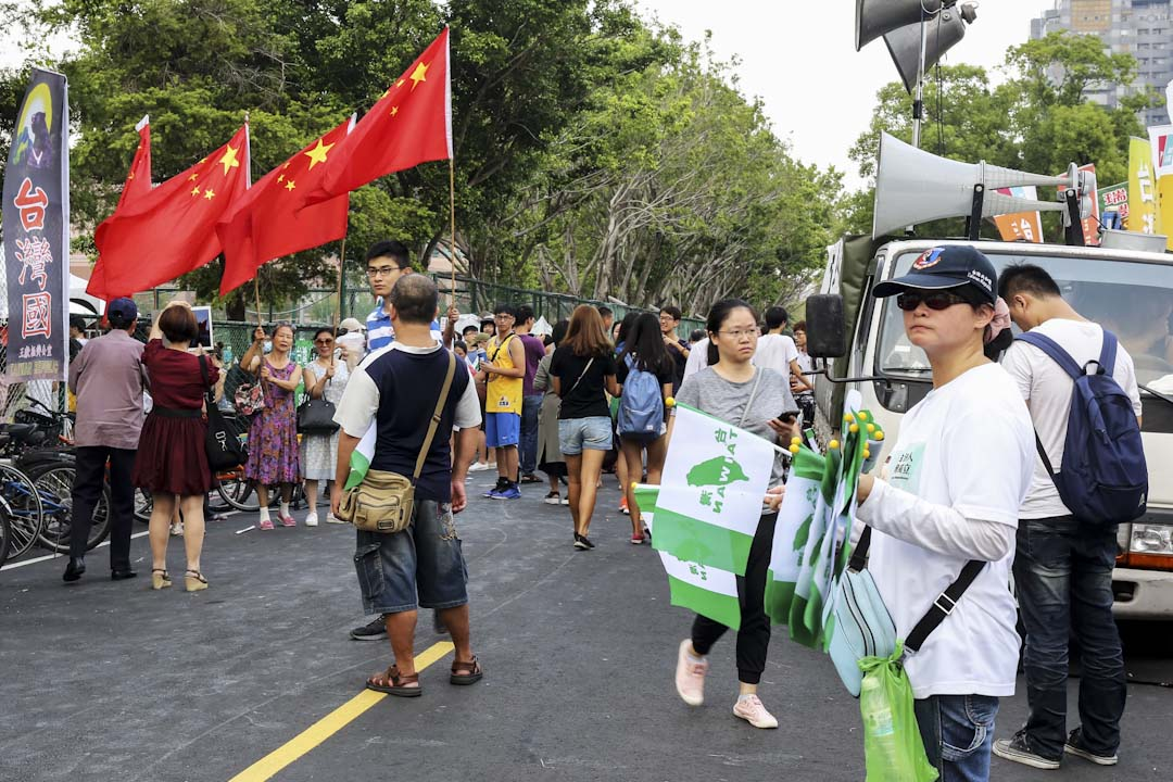 有參與抗議的學生手持「台灣獨立」的綠色條幅,在球場外碰上台灣統派團體「愛國同心會」及「中華統一促進黨」成員。