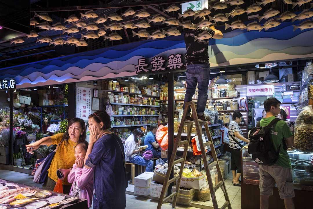 翻新後的長發街市掛滿海洋生物,如海龜、海豚及各種魚類,形象摩登得奇趣。