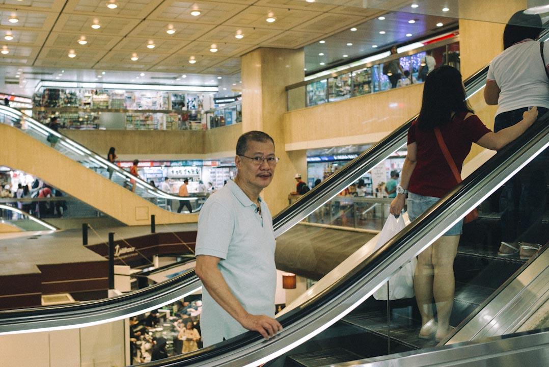 菲律賓華人丁建釗今年71歲,1984年開始在環球商場開店,摸透了小菲律賓城的筋骨,城中無人不識他,都稱呼他為丁生。