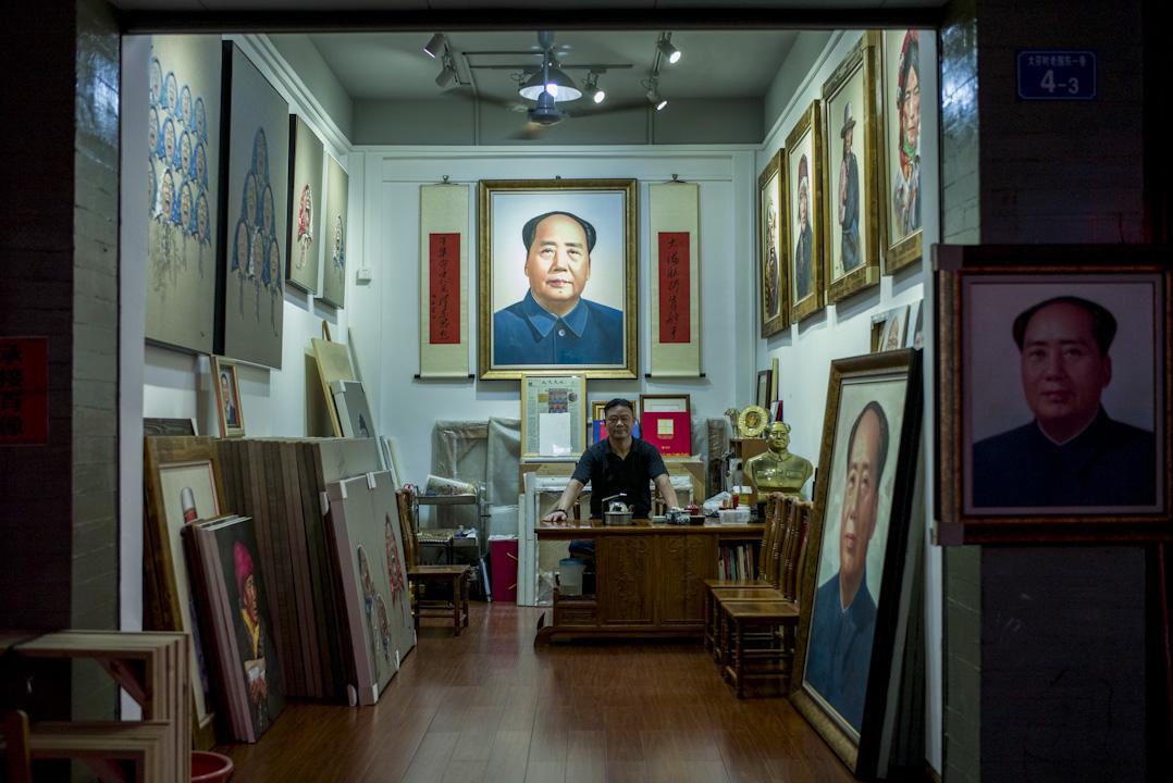 畫家王集林主要從事個人創作,也擅長畫人物肖像,他的個人系列「歲月記憶」曾在美國聖地亞哥、香港等地展出。 攝:林振東/端傳媒
