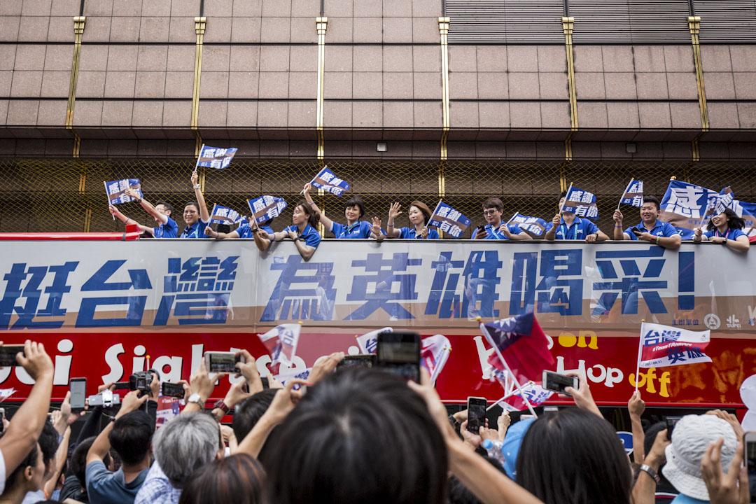 2017月9月1日,台北舉行世界學生大運動會的「台灣英雄大遊行」,約200名運動員從凱達格蘭大道出發,最終抵達市府前廣場,一路接受民眾喝采。 攝:張國耀/端傳媒