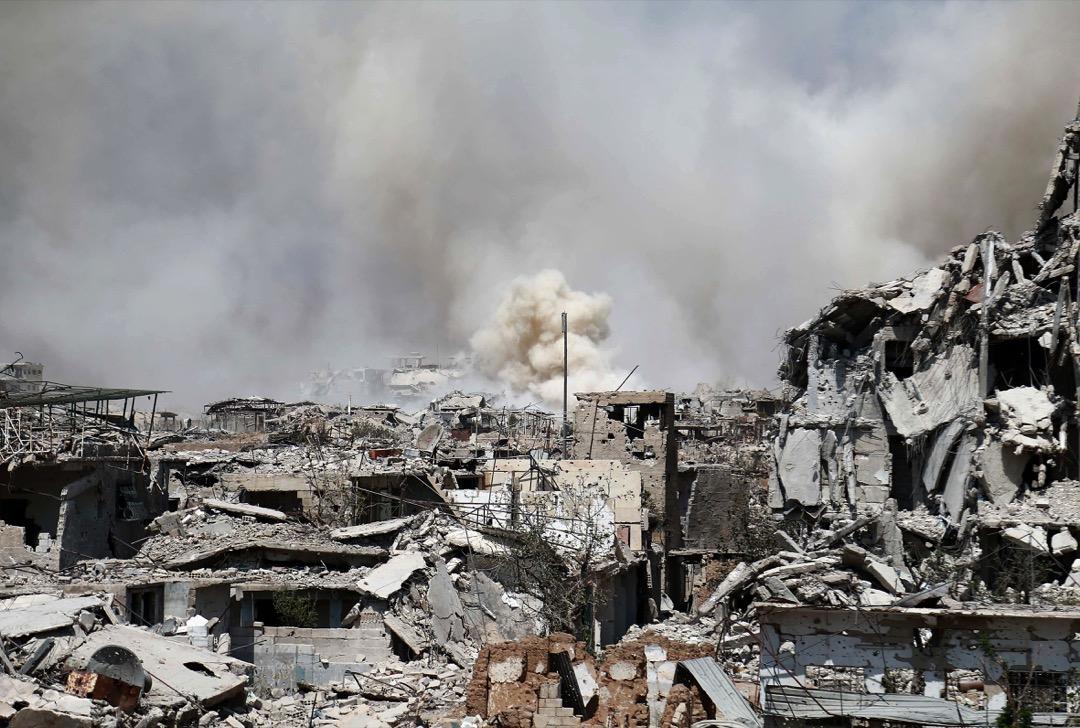 2017年9月14日,敘利亞首都大馬士革被叛軍佔領的約巴區受到空襲,被炸毀的建築物冒煙。