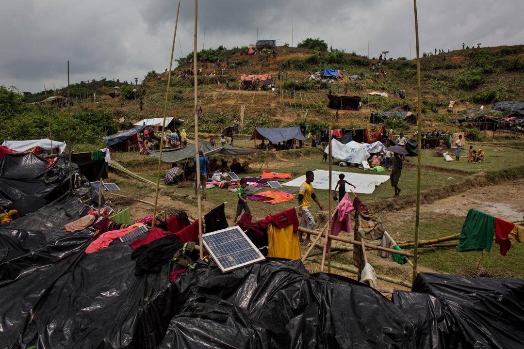 2017年9月3日,羅興亞難民在臨時搭建的避難所休息。