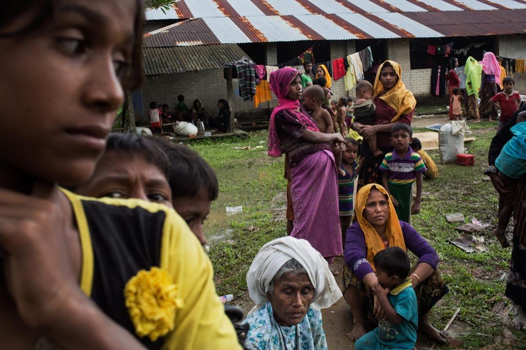 2017年9月2日,一群羅興亞難民在越過孟加拉邊境後稍作休息。