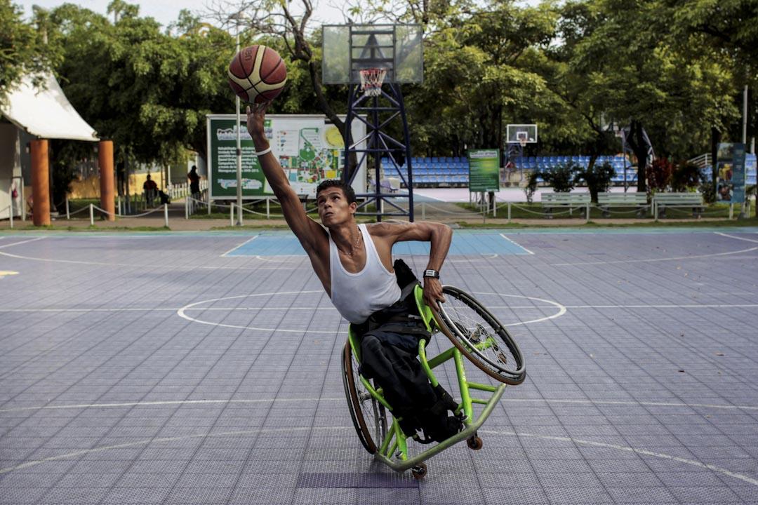 2017年9月20日,尼加拉瓜首都馬那瓜,一名輪椅籃球隊員在球場練習。