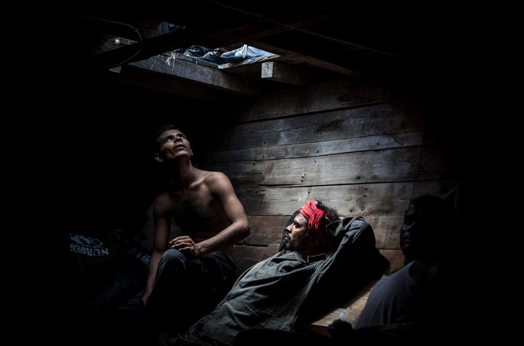 來自孟加拉和巴基斯坦男子在一艘載著414名移民的船的船艙內已經有約12小時。他們都在等待被移民海上援助站 (MOAS) 的救援隊拯救。 攝:Jason Florio