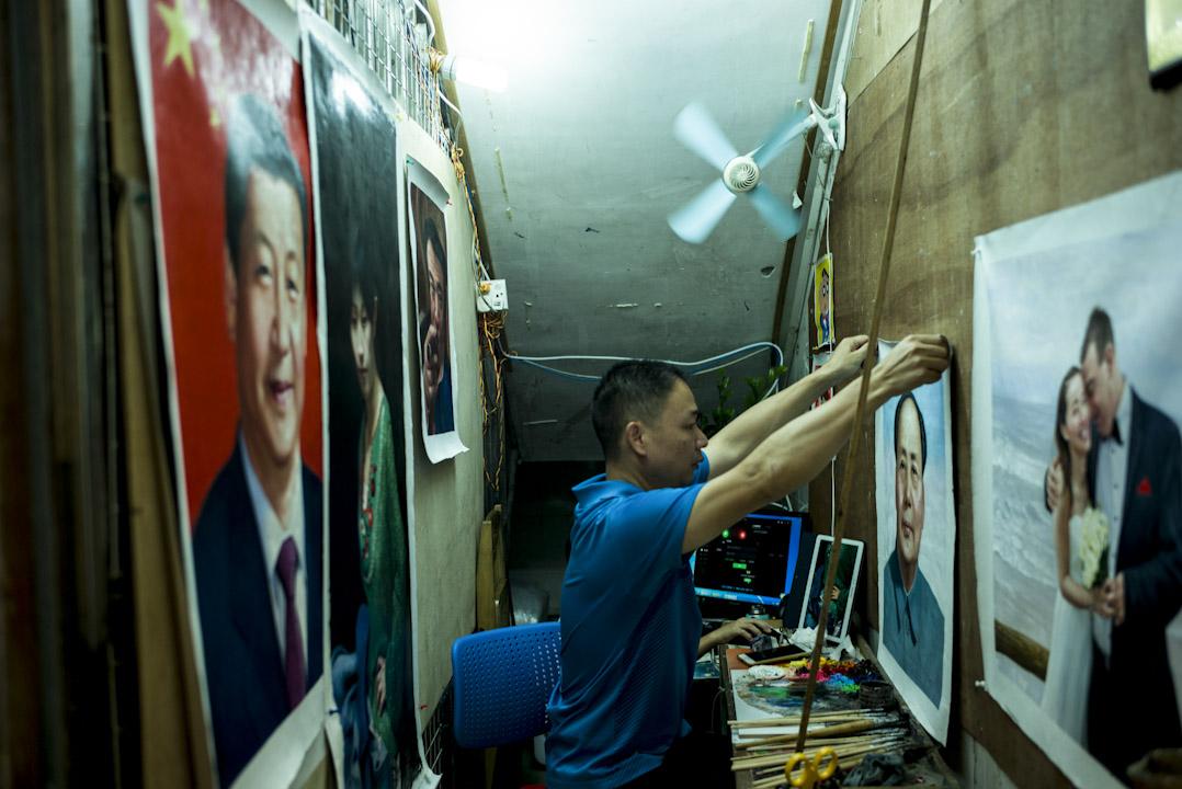 大芬村有不少繪畫肖像的畫室,其中有很多畫家的專長是畫領導人肖像。