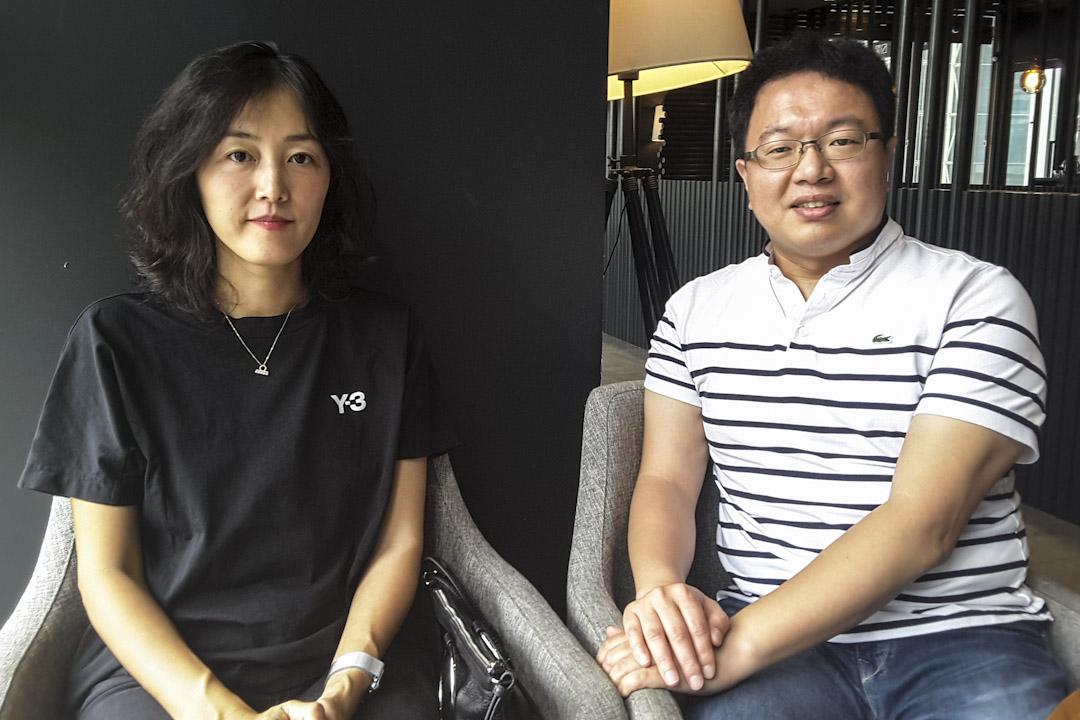 兩名參與罷工的電視台員工。