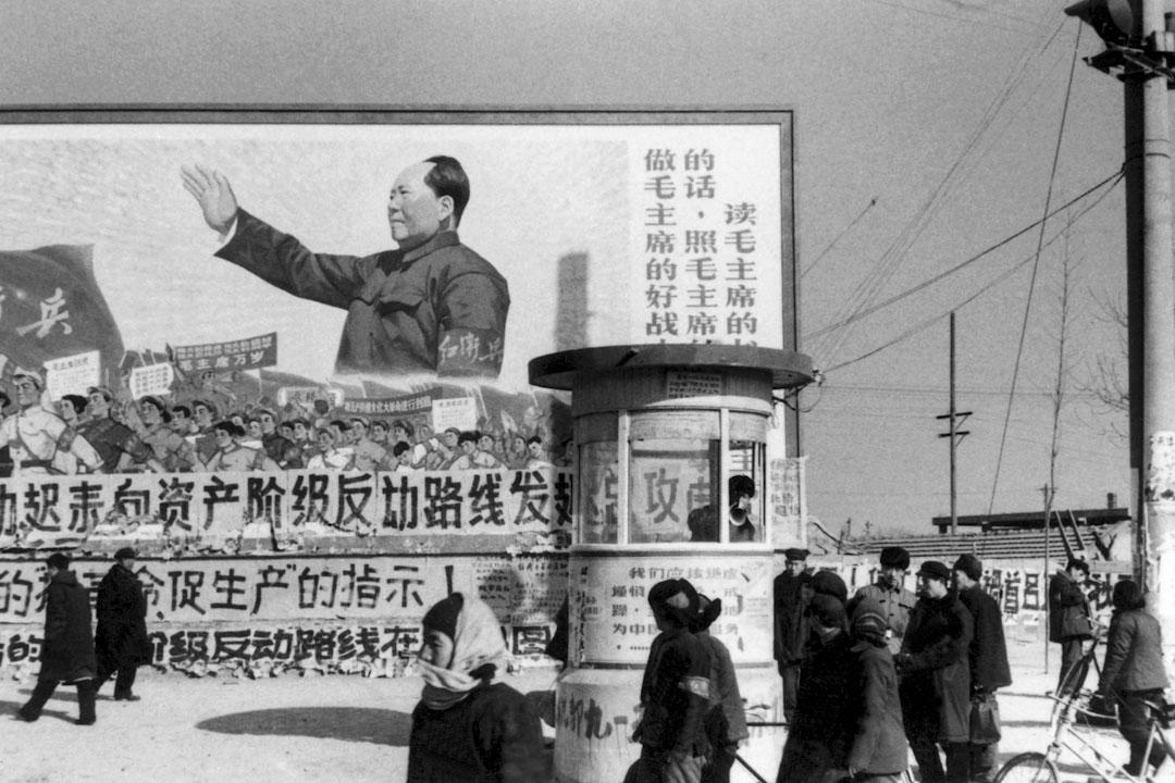 1967年2月,在北京市中心有一幅毛澤東的巨大海報。 海報上有標語「我們必須是毛澤東的好士兵,我們必須聽他的話,我們必須按照他的指示,讀他的書」。