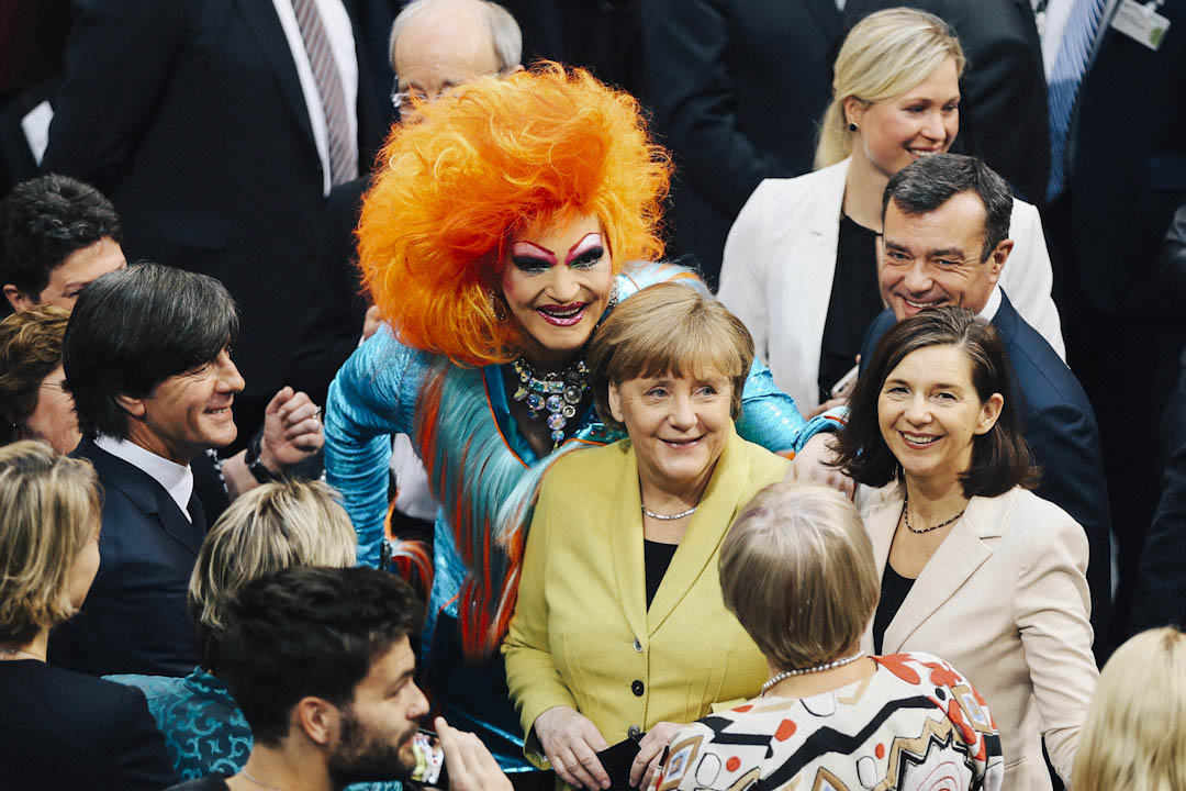 2017年2月12日,奧莉薇亞在德國聯邦大會上與德國總理默克爾合照。