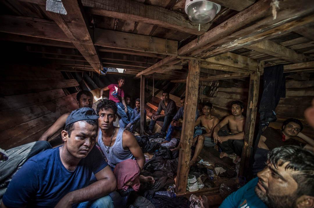 來自孟加拉和巴基斯坦男子在一艘載著414名移民的船的船艙內已經有約12小時。他們都在等待被移民海上援助站 (MOAS) 的救援隊拯救。