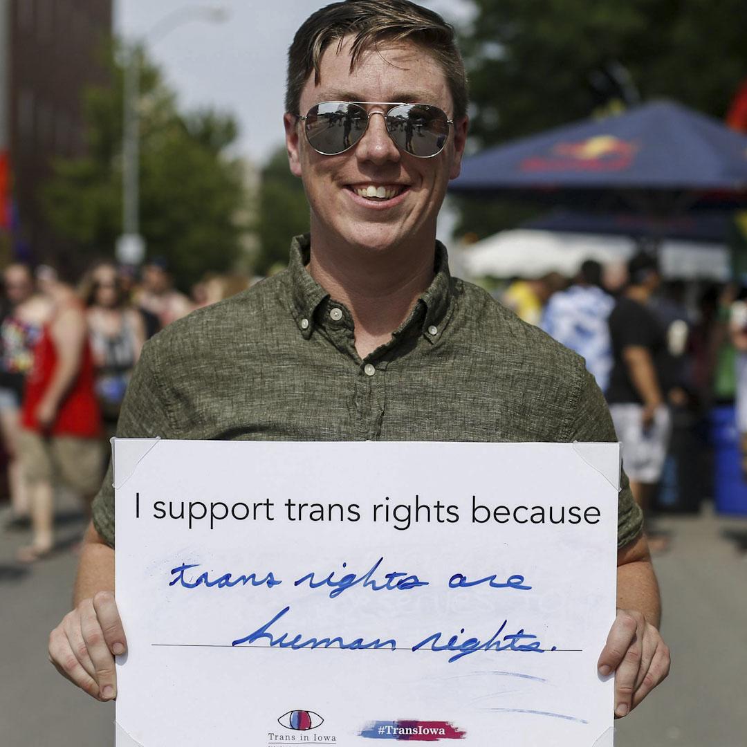 今年33歲的Jack來自愛荷華州,他的軍旅生涯已有11年。Jack出生時的生理性別是女性,從去年開始服用荷爾蒙類藥物,身體在逐步變成男性的樣子。圖為Jack Schular 在愛荷華州參加一個爭取LGBT權利遊行。