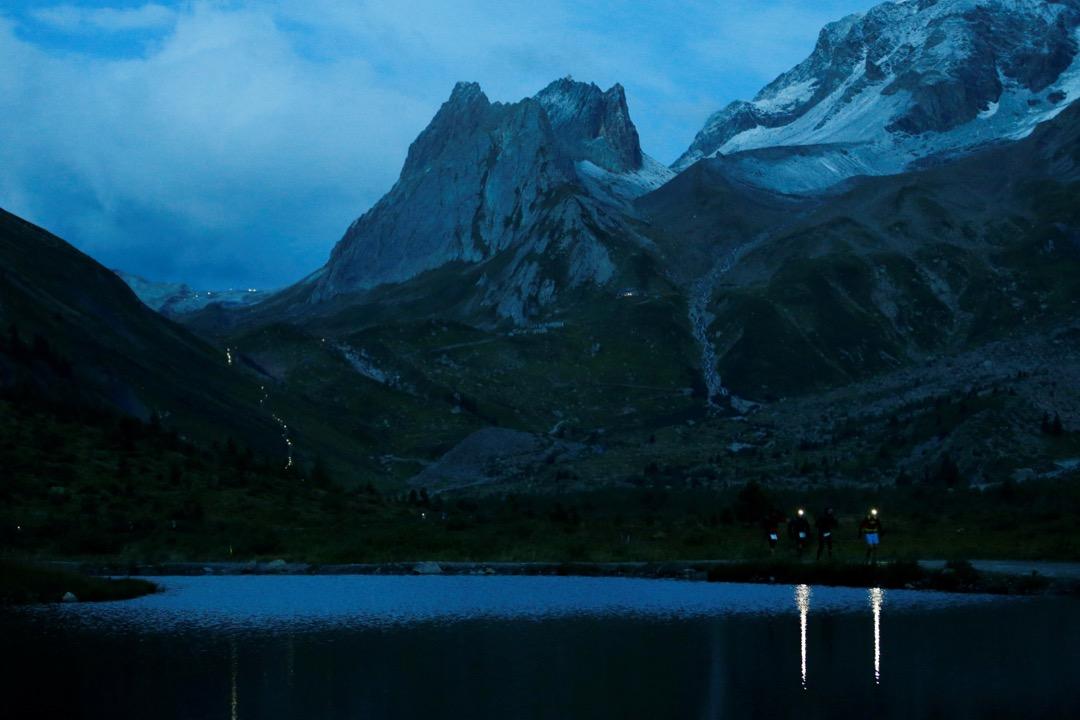 2017年9月2日,意大利城鎮庫馬耶,參與第15屆 「環勃朗峰超級越野耐力賽」(Ultra-Trail du Mont-Blanc) 的運動員經過 Lake Combal 路段。