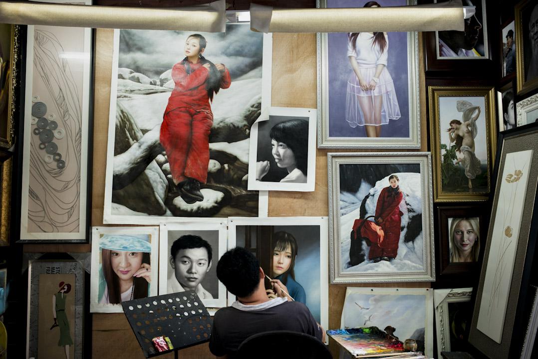 1989年,香港畫商黃江帶著一批畫工來到這個客家人聚居的村落,創辦了一間油畫工廠,臨摹世界名畫。數十年後,大芬村成為國際知名的油畫生產基地和交易中心。 攝:林振東/端傳媒